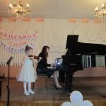 Преподаватель школы, выпускница 2003 г. - Грешнова М.Б. и Гришанина Кира