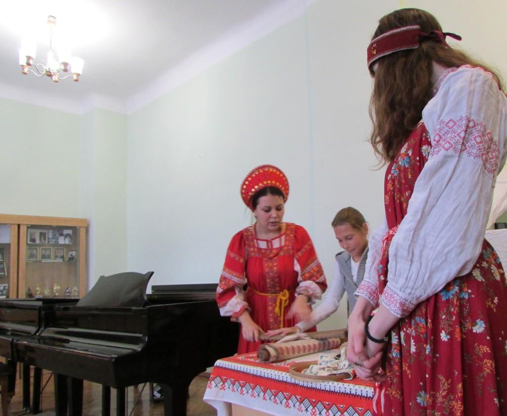 """Сотрудники музея """"В мире сказки"""" показывают как на Руси гладили одежду"""